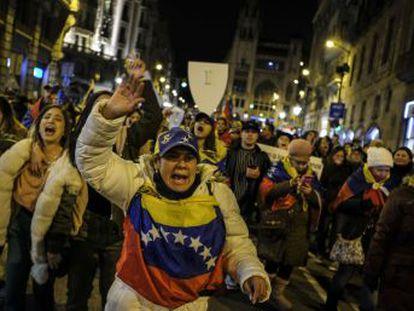 EUA lideram o apoio ao oposicionista que se autoproclamou presidente do país sul-americano, enquanto China, Rússia e Turquia apoiam Maduro. A UE e a ONU pedem diálogo