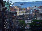 Un helicóptero de la policía sobrevuela la Favela da Mare en Río de Janeiro (Brasil).