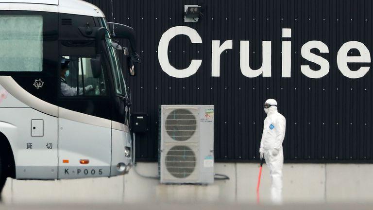 Um ônibus retira passageiros do cruzeiro 'Diamond Princess'.