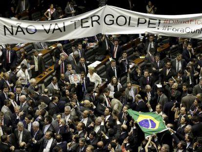 Parlamentares pró e contra o impeachment de Dilma, no plenário da Câmara, no dia da eleição da comissão que avaliará o processo.