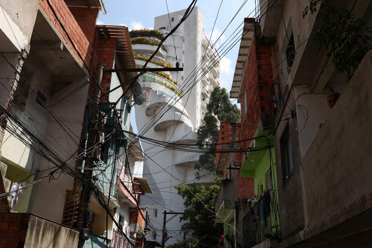 Apartamentos de luxo são vistos das ruas de Paraisópolis, maior favela de São Paulo.