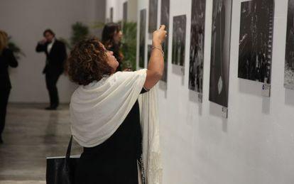 Uma mulher visita uma exposição de fotografia em Miami.