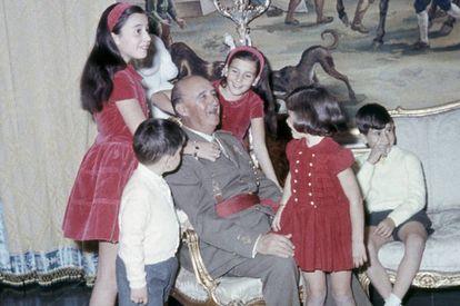 Franco com seus cinco netos mais velhos no Palácio de El Pardo.