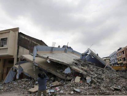 Uma câmera de televisão grava um edifício desmoronado pelo terremoto em Guayaquil.