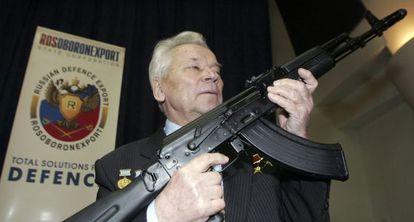 Kalashnikov posa com o último modelo de sua arma, em 2006.