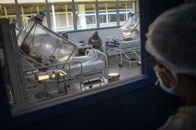 Um paciente com a covid-19 recebe tratamento no Hospital Municipal de Campanha Gilberto Novaes, em Manaus.