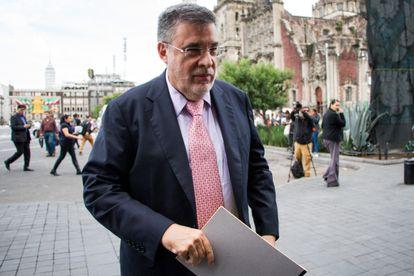 Julio Scherer Ibarra em frente ao Palácio Nacional do México.