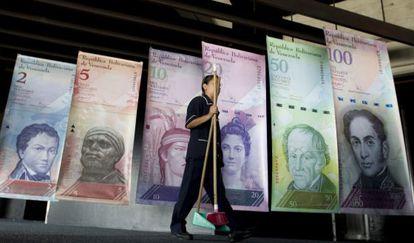 Uma funcionária de limpeza na sede do Banco Central da Venezuela.