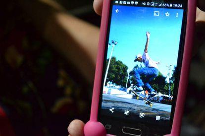 Edna mostra uma foto que tem guardada do filho Álef fazendo manobras de skate.
