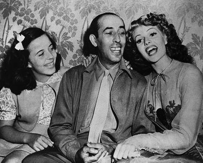 Carmina Cansino (prima de Rita Hayworth), Eduardo Cansino (bailarino espanhol e pai da atriz) e Rita Hayworth durante a rodagem de 'Bonita Como Nunca', em 1943.