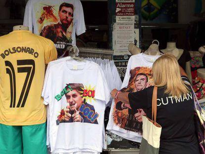 Camisas com Bolsonaro em loja do Rio.