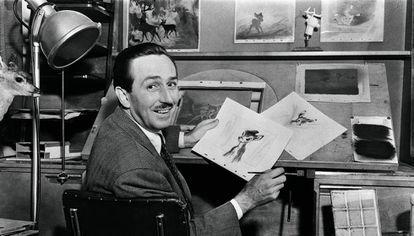 Walt Disney com esboços durante a produção de 'Bambi'.