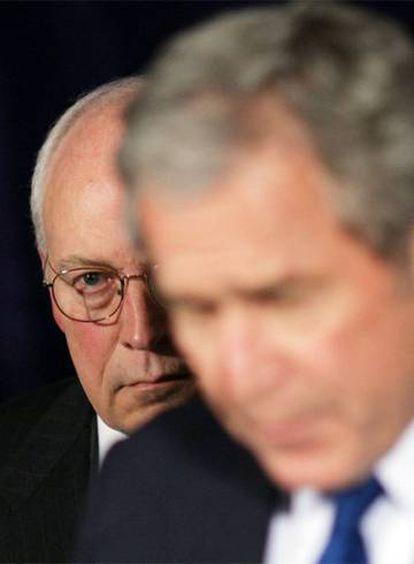 Bush, em primeiro plano, e Cheney.