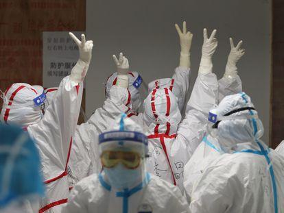 Equipe médica de Wuhan com roupa de proteção contra o coronavírus; medidas extremas ajudaram a frear contágio entre profissionais.