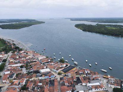 Vista aérea da cidade de Piaçabuçu, Alagoas, que fica na foz do Rio São Francisco.