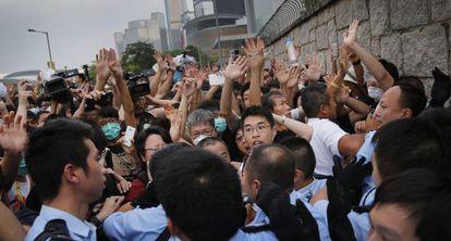 Clima tenso entre jovens e policiais em Hong Kong.