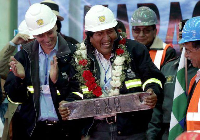 O presidente Evo Morales, com uma placa de chumbo no dia 10 de setembro em Potosí.