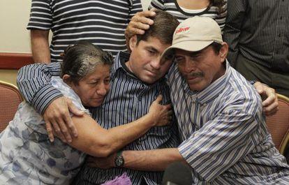 O náufrago salvadorenho, abraçado a seus pais.