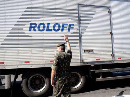 Polícia escolta a saída de caminhões na Régis Bittencourt