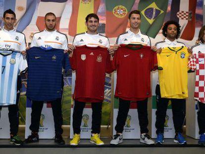 Di María, Benzema, Casillas, Cristiano, Marcelo e Modric posam com as camisas de Argentina, França, Espanha, Portugal, Brasil e Croácia.