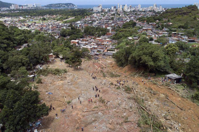 Um dos morros afetados pelo deslizamento no Guarujá, na Baixada Santista.