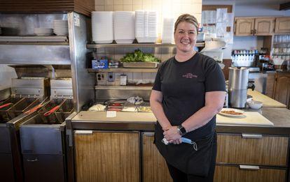 Logan Megan, no restaurante em que trabalha há mais de uma década como garçonete.