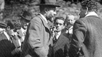Max Weber, de perfil e com barba, em Munique em 1919.