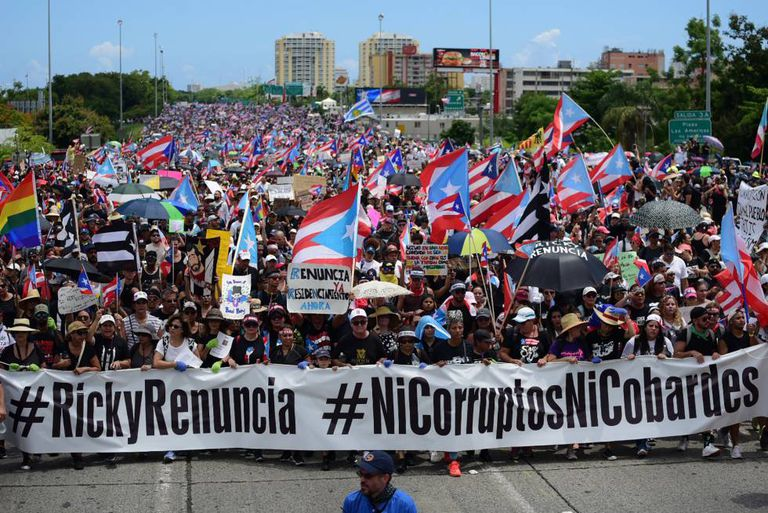 Milhares de manifestantes nas ruas de Porto Rico pedem a renúncia do governador Ricardo Rosselló.