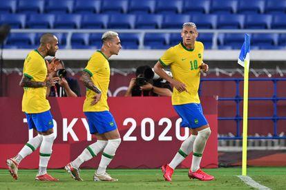 Richarlison celebra com Antony e Daniel Alves o gol do Brasil.