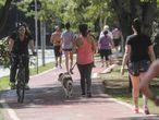 Paulistanos se exercitam na ciclovia da avenida Sumaré nesta Sexta-feira Santa.