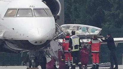 Alexei Navalni é transferido para uma ambulância após sua chegada, neste sábado, ao aeroporto de Tegel, em Berlim.