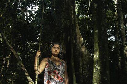 Laisa Santos Sampaio em seu lote no assentamento. Ela é uma das poucas pessoas que ainda preserva a floresta e coordena um grupo de mulheres extrativistas.