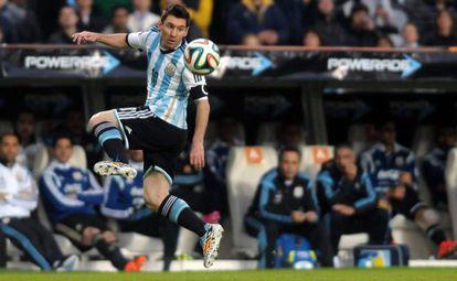 Messi controla a bola durante a partida amistosa entre Argentina e Eslovênia.