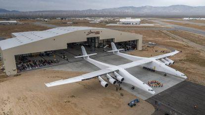 O Stratolaunch, fora do hangar no deserto de Mojave.