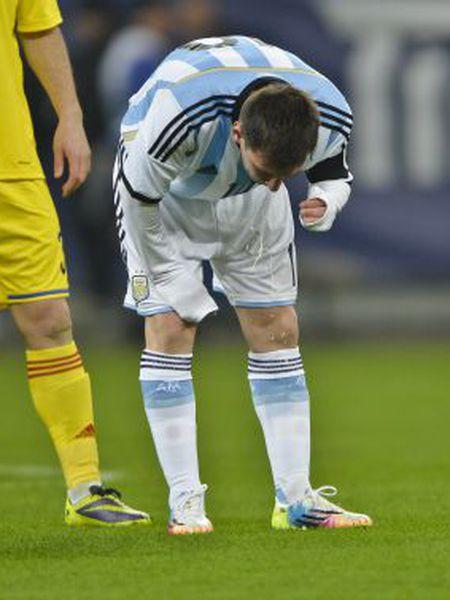 Messi vomitando no último amistoso com a Argentina.