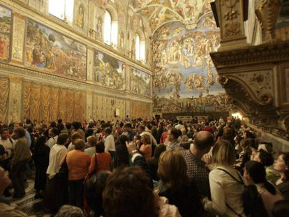 Multidão de turistas contempla os afrescos