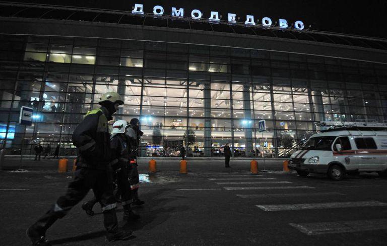 Equipe de emergência nos arredores do aeroporto de Domodédovo, em uma imagem de arquivo.