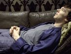 Sherlock Holmes (Benedict Cumberbatch) muito entediado.
