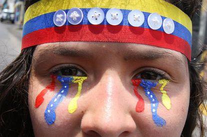 Jovem participa de protesto neste sábado em San Cristóbal contra o Governo de Maduro.