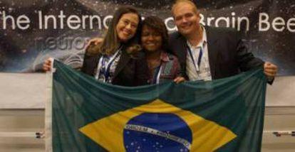 Lorrayne Isidoro entre a professora Camila Marra e o responsável pela Brazilian Brain Bee, Alfred Sholl-Franco.
