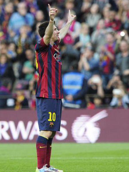 Messi festeja seu recorde com a torcida do Camp Nou.