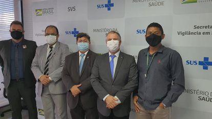 Na foto pastor, Amilton Gomes, da Senah, esteve no Ministério da Saúde junto a Dominguetti (o primeiro da foto à esquerda), o diretor do Departamento de Imunização e Doenças Transmissíveis, Lauricio Monteiro Cruz (ao meio) e major da Força Aérea Hardaleson Araújo de Oliveira (segundo à direita).