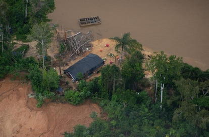 Restaurante que atende garimpeiros no rio Uraricoera, na TI Yanomami.