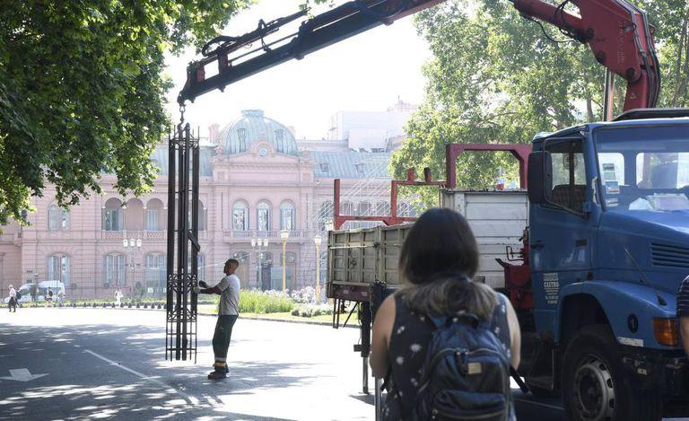 Um operário retira na segunda-feira a última parte que restava em pé da grade que dividia a Praça de Maio.