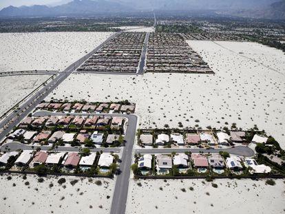 O órgão regulatório da água em Califórnia a nível estatal aprovou nesta terça-feira, após uma maratoniana reunião, restrições sem precedentes ao consumo nas cidades. Na imagem, casas residenciais com piscina em um vale na zona de Palm Springs, Califórnia (EUA), o 13 de abril de 2015.