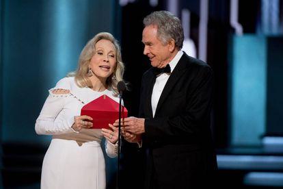 Faye Dunaway e Warren Beatty, durante o famoso momento do Oscar com o envelope que continha o título de melhor filme e não era 'La La Land'