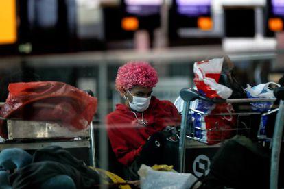Passsageiro usa máscara no aeroporto internacional de Guarulhos, em São Paulo.