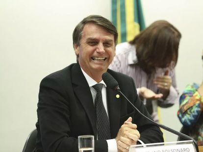 O presidente Jair Bolsonaro sorri em sessão do Conselho de Ética da Câmara em 2018, que avaliou se o então deputado havia quebrado o decoro ao homenagear Ustra durante o impeachment da ex-presidenta Dilma Rousseff.