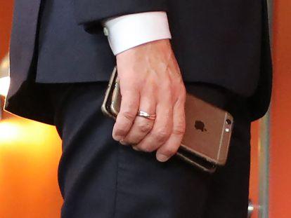O presidente francês, Emmanuel Macron, com dois de seus telefones durante uma cúpula europeia em novembro 2017.