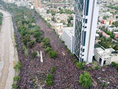 Milhares de pessoas se manifestam em Santiago.